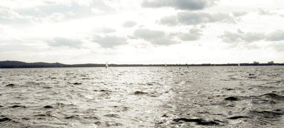 See mit Wellen und einem wolkigen Himmel