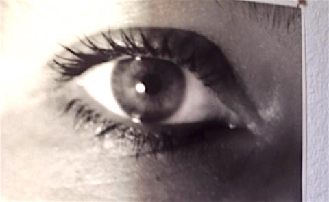 Schwarzweiß Foto von einem Auge nah