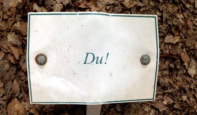 Ein Schild mit den Wort Du