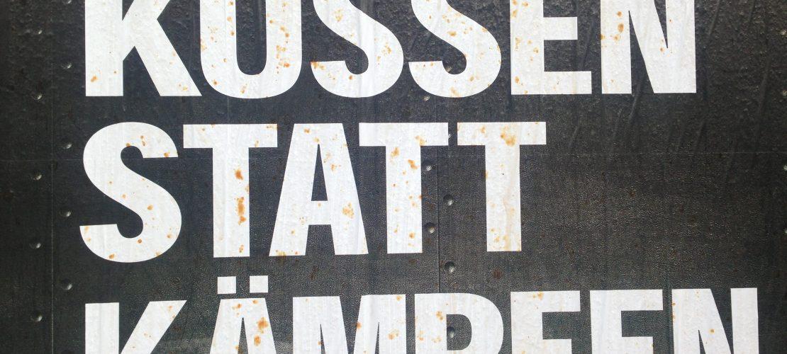 Plakat Küssen statt Kämpfen