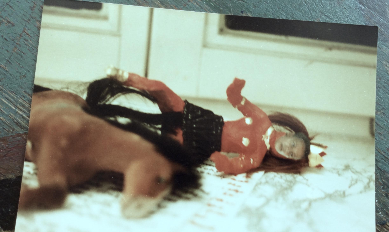 Collage Pferd mut Puppe, die umgekippt sind